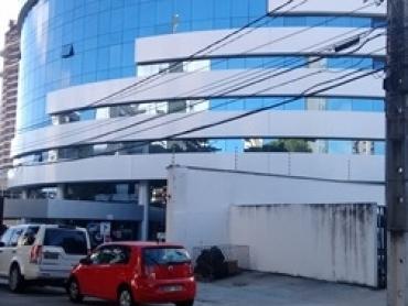 SALA EM PRÉDIO COMERCIAL EM TIROL - Foto